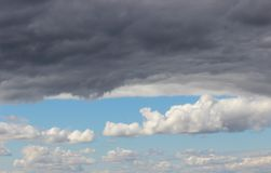 Allini fra le nuvole di tempesta scure e le nuvole bianche nel cielo Immagini Stock