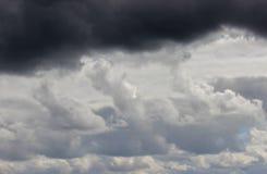 Allini fra le nuvole di tempesta scure e le nuvole bianche nel cielo Immagini Stock Libere da Diritti