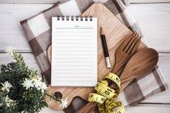 Allini il blocco note sul tagliere con la forchetta e cucchiaio e Th di legno Immagine Stock Libera da Diritti