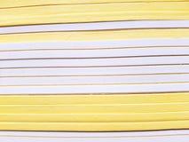 Allini il modello della pila di libri gialli e bianchi della sella sullo scaffale per libri a cancelleria Immagini Stock Libere da Diritti