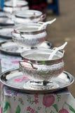 allini il riso in ciotole d'argento che aspettano per dare per il monaco buddista i Fotografia Stock Libera da Diritti
