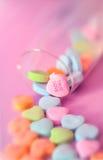 Allini l'amore su un cuore della caramella Fotografie Stock
