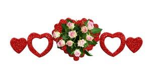 Allini la disposizione con i fiori della rosa di rosa ed i cuori rossi di scintillio Fotografia Stock Libera da Diritti