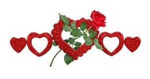 Allini la disposizione con il fiore della rosa rossa e brilli cuori Immagine Stock Libera da Diritti