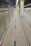 Allini la passeggiata nel binario nella stazione di Tokyo Immagine Stock Libera da Diritti