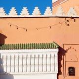 allini nelle vecchie mattonelle del Marocco Africa e nel abst ceramico colorated del pavimento Immagine Stock