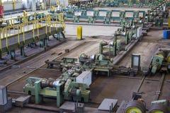 Allini per il rotolamento delle condutture del diametro grande nella pianta metallurgica Fotografie Stock Libere da Diritti