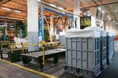 Allini per l'imballaggio e l'imballaggio del prodotto chimico, fibra artificiale e sintetica di fibra acrilica in un petrochimico Immagine Stock