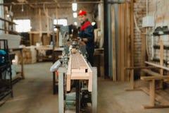 Allini sull'autoadesivo dell'impiallacciatura sulle barre di legno Fotografia Stock