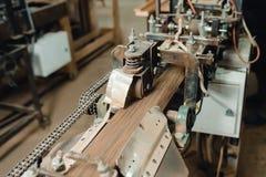 Allini sull'autoadesivo dell'impiallacciatura sulle barre di legno Immagine Stock