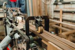 Allini sull'autoadesivo dell'impiallacciatura sulle barre di legno Immagini Stock