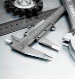 Alliper del ¡ di Ð ed altri strumenti sul metallo graffiato Immagini Stock