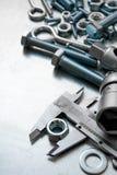 Alliper del ¡ di Ð ed altri strumenti sul metallo graffiato Immagine Stock Libera da Diritti