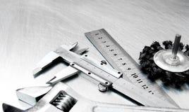 Alliper del ¡ di Ð ed altri strumenti sul metallo graffiato Fotografia Stock