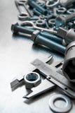 Alliper del ¡ di Ð ed altri strumenti sul metallo graffiato Immagini Stock Libere da Diritti