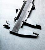 Alliper del  di Ñ sul fondo graffiato del metallo Fotografie Stock Libere da Diritti