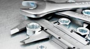 Alliper e dadi del ¡ di Ð sul metallo graffiato Fotografia Stock