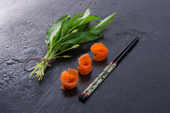 Allium dell'orso con il salmone di fumo Immagini Stock Libere da Diritti