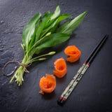 Allium dell'orso con il salmone di fumo Fotografie Stock