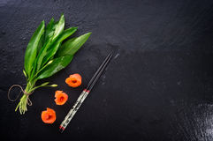 Allium dell'orso con il salmone di fumo Immagini Stock