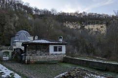 Allmän källa för blick- och takugnsvår av Demir Baba Teke, kultmonumentet som hedras av båda kristen och muselmaner i vinter royaltyfri bild