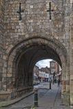 Allmän landsväg under munken Bar, huvudsakliga porthus eller stänger av York stadsväggar som leder till den gamla staden av York, arkivfoto