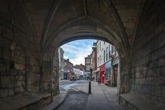 Allmän landsväg under munken Bar, huvudsakliga porthus eller stänger av York stadsväggar som leder till den gamla staden av York, royaltyfri foto