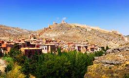 Allmän sikt av Albarracin i sommar Arkivfoton