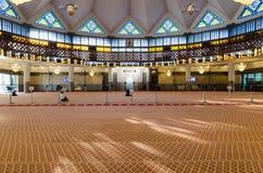 Allmän sikt av bönkorridoren i den nationella moskén Masjid Negara, Kuala Lumpur, Malaysia royaltyfri fotografi