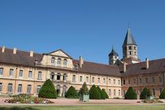 Allmän sikt av Cluny Abbey, med tornet och trädgårdar Royaltyfri Fotografi