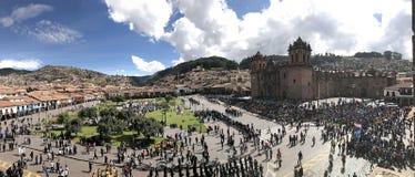 Allmän sikt av Cusco'sens huvudsakliga plaza med folkmassan royaltyfria foton