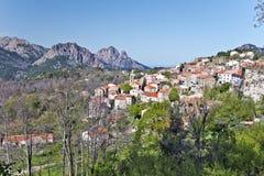 Allmän sikt av den Evisa byn i den Korsika ön Arkivfoton