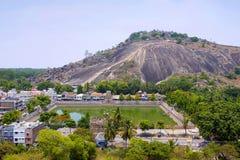 Allmän sikt av komplexet för Vindhyagiri kulletempel, Sravanabelgola, Karnataka Sikt från den Chandragiri kullen Stora Belgola, v arkivfoto