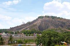 Allmän sikt av komplexet för Vindhyagiri kulletempel, Sravanabelgola, Karnataka Sikt från den Chandragiri kullen Stora Belgola, v royaltyfri bild