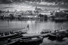Allmän sikt av Prague historiska mitt och floden Vltava - arkivfoto