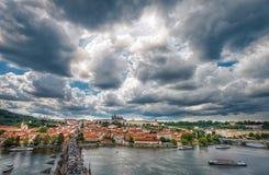 Allmän sikt av Prague historiska mitt och floden Vltava - Arkivbilder