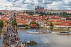 Allmän sikt av Prague historiska mitt och floden Vltava - arkivfoton