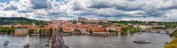 Allmän sikt av Prague historiska mitt och floden Vltava Royaltyfri Bild