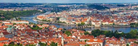 Allmän sikt av Prague historiska mitt och floden Vltava Royaltyfri Foto