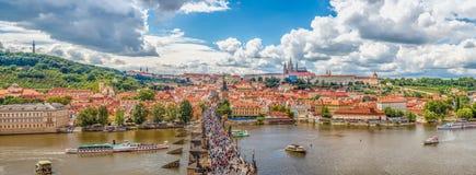 Allmän sikt av Prague historiska mitt och floden Vltava royaltyfri fotografi