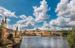 Allmän sikt av Prague historiska mitt och floden Vltava arkivbilder