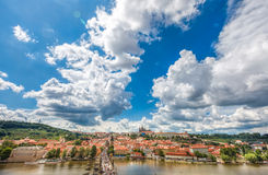 Allmän sikt av Prague historiska mitt och floden Vltava Fotografering för Bildbyråer