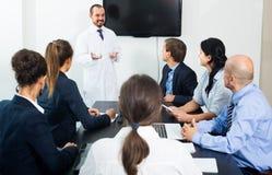 Allmäntjänstgörande läkare och professor på mötet arkivfoton