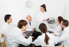Allmäntjänstgörande läkare och professor på sjukhusmötet royaltyfri foto