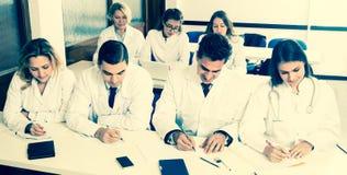 Allmäntjänstgörande läkare på föreläsningen på universitetet Arkivbild