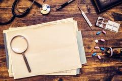 Allmänt praktiserande läkarearbetsskrivbord, doktors workspace, överkant Arkivfoton