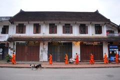 Allmosa som ger ceremoni i Luang Prabang, Laos Arkivfoto