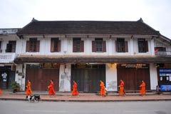 Allmosa som ger ceremoni i Luang Prabang, Laos Fotografering för Bildbyråer