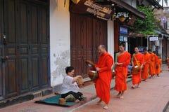 Allmosa som ger ceremoni i Luang Prabang, Laos arkivfoton