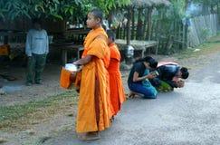 allmosa som samlar unga monks Royaltyfria Bilder